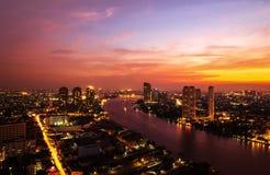 Costruzione moderna alla riva del fiume nella scena di sera Fotografie Stock Libere da Diritti