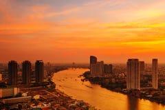 Costruzione moderna alla riva del fiume nella scena di sera Fotografia Stock Libera da Diritti