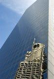 Costruzione moderna alta del grattacielo di vetro, riflessione, cielo blu, spazio della copia, vista frontale Fotografie Stock Libere da Diritti