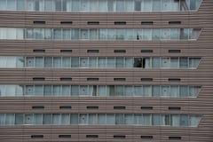 Costruzione moderna con il modello delle finestre fotografia stock libera da diritti
