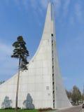 Costruzione moderna con il pino che tende al cielo Fotografia Stock