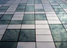 Costruzione moderna con la caratteristica architettonica facendo uso di acciaio e di vetro Fotografie Stock