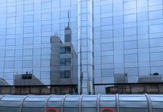 Costruzione moderna con la facciata di vetro fotografia stock
