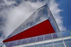 Costruzione moderna con la sezione rossa Fotografie Stock Libere da Diritti