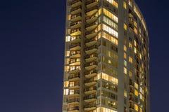 Costruzione moderna con le finestre e le stanze brillanti Immagini Stock Libere da Diritti
