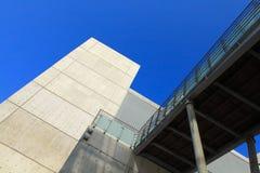 Costruzione moderna concreta con il cielo Fotografia Stock Libera da Diritti