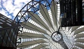 Costruzione moderna del tetto da acciaio e dalla tenda fotografia stock libera da diritti