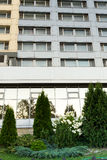 Costruzione moderna del vetro e del ferro con gli alberi crescenti Fotografie Stock Libere da Diritti