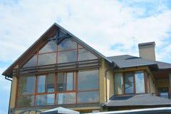 Costruzione moderna della soffitta della casa con guttering del tetto e la mansarda panoramica, finestra del lucernario della sof fotografia stock libera da diritti