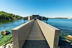 Costruzione moderna di sauna nel paesaggio del mare immagini stock