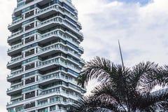 Costruzione moderna, edificio per uffici moderno con il cielo blu Fotografia Stock Libera da Diritti