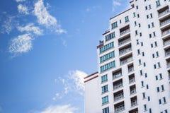 Costruzione moderna, edificio per uffici moderno con il cielo blu Fotografie Stock Libere da Diritti