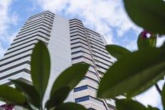 Costruzione moderna, edificio per uffici moderno con il cielo blu Fotografia Stock