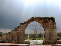 Costruzione moderna nel telaio degli arché di pietra antichi Immagini Stock