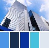 Costruzione moderna su un cielo della priorità bassa campioni della tavolozza di colore Immagine Stock Libera da Diritti