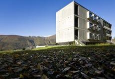 Costruzione moderna, vista dal giardino Fotografia Stock Libera da Diritti
