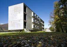 Costruzione moderna, vista dal giardino Immagine Stock Libera da Diritti