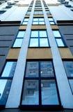 Costruzione moderna Windows che allunga nella distanza verso l'alto Fotografia Stock