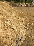 Costruzione: mucchio della terra e rocce scavate Fotografia Stock