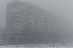 Costruzione multipiana nella nebbia Mattina nebbiosa in inverno Fotografie Stock Libere da Diritti