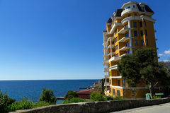 Costruzione multipiana sulla costa della Crimea del Mar Nero Fotografia Stock Libera da Diritti