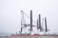 Costruzione navale in grande nave della costruzione al bacino del porto con l'alta gru Fotografia Stock Libera da Diritti