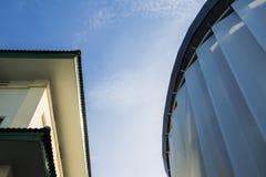Costruzione nel cielo blu luminoso Fotografia Stock