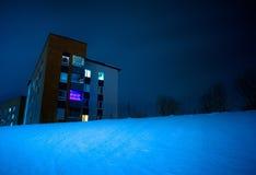 Costruzione nella notte nevosa Fotografia Stock