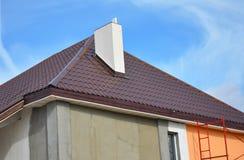 Costruzione o riparazione della casa rurale con, gronda, finestre, camino, tetto, facciata della riparazione, isolamento, intonac Immagine Stock