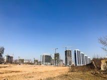 Costruzione per mezzo delle gru di costruzione di alto cemento armato, pannello, colata-struttura, case del struttura-blocco, cos immagine stock