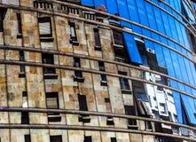 Costruzione riflessa in una manifestazione-finestra dello specchio Fotografia Stock Libera da Diritti
