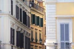 Costruzione a Roma, dettagli di vecchia facciata, della parete con le finestre e degli otturatori di legno Fotografia Stock Libera da Diritti
