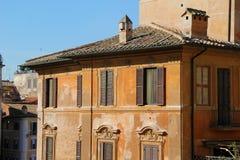 Costruzione a Roma, dettagli di vecchia facciata, della parete con le finestre e degli otturatori di legno Immagine Stock Libera da Diritti