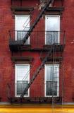Costruzione rossa e gialla nel greenpoint, vicino a Williamsburg a Brooklyn Fotografia Stock Libera da Diritti