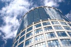 Costruzione rotonda della torretta dell'ufficio moderno sopra il cielo nuvoloso Immagine Stock
