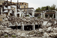 Costruzione rovinata di una fabbrica con calcestruzzo che appende sull'armatura Immagine Stock Libera da Diritti
