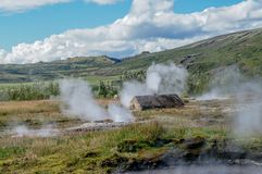 Costruzione rustica circondata entro le sorgenti di acqua calda nella valle di Haukadalur vicino a Geysir, Islanda Immagini Stock Libere da Diritti