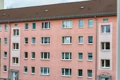 costruzione 60s con una nuova facciata in un distretto di Jena Immagine Stock