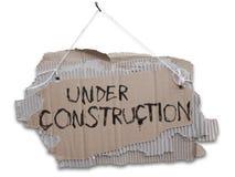 In costruzione, segno del cartone su un cavo immagini stock