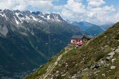 Costruzione sola sui picchi di montagna in alpi europee Immagini Stock