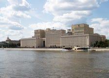 Costruzione sovietica sulla banca del fiume a Mosca immagini stock