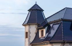 Costruzione speciale del tetto di un edificio residenziale immagini stock libere da diritti