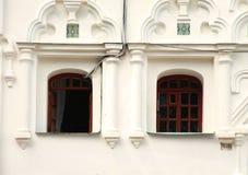 Costruzione storica bianca di Windowsin Fotografie Stock