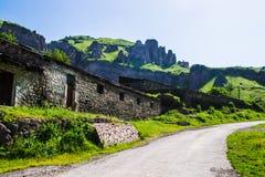 Costruzione, strada e rocce di pietra su fondo Fotografia Stock