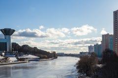 Costruzione stupefacente sulle banche del fiume coperto di ghiaccio Immagine Stock Libera da Diritti