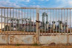 Costruzione su una sottostazione ad alta tensione Fotografia Stock Libera da Diritti
