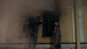 Costruzione sul fuoco Finestre scure video d archivio