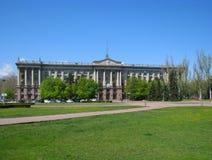 Costruzione sul quadrato della cattedrale nella città di Nikolaev, Ucraina immagini stock libere da diritti