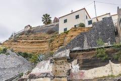 Costruzione sulla riva distrutta Fotografie Stock