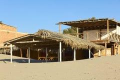 Costruzione sulla spiaggia nel Los Organos, Perù Fotografia Stock